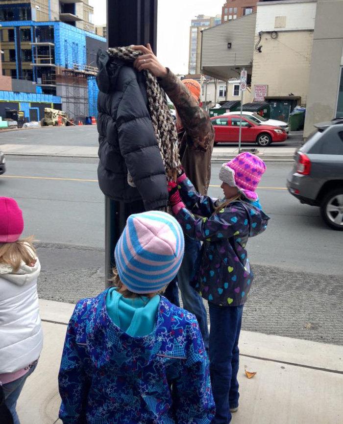 8χρονα κρεμούν ρούχα με τρυφερά μηνύματα σε κολώνες για έναν υπέροχο λόγο!