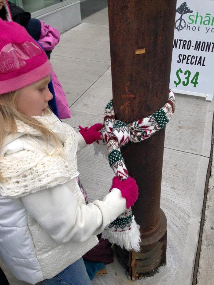 8χρονα κρεμούν ρούχα με τρυφερά μηνύματα σε κολώνες για έναν υπέροχο λόγο! - εικόνα 5