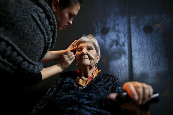 Μακιγιέζ βάφει την Judith Rosenzweig, 81 ετών