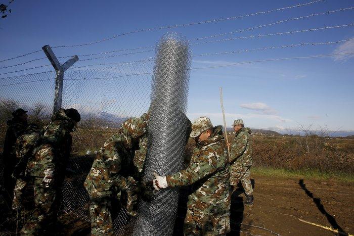Αρχισαν να στήνουν τον φράκτη στα σύνορα οι Σκοπιανοί - εικόνα 2