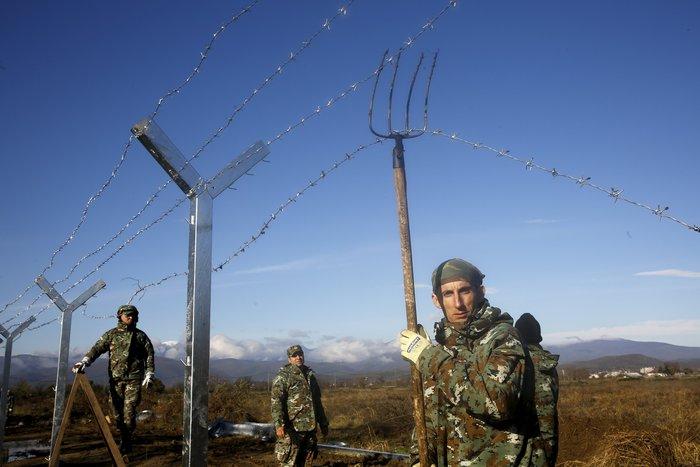 Αρχισαν να στήνουν τον φράκτη στα σύνορα οι Σκοπιανοί - εικόνα 4