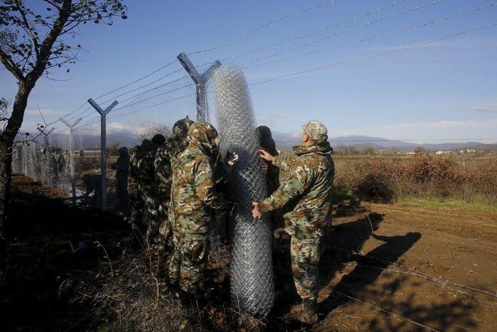 Αρχισαν να στήνουν τον φράκτη στα σύνορα οι Σκοπιανοί - εικόνα 7