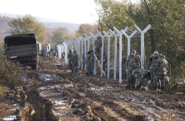 Αρχισαν να στήνουν τον φράκτη στα σύνορα οι Σκοπιανοί - εικόνα 8