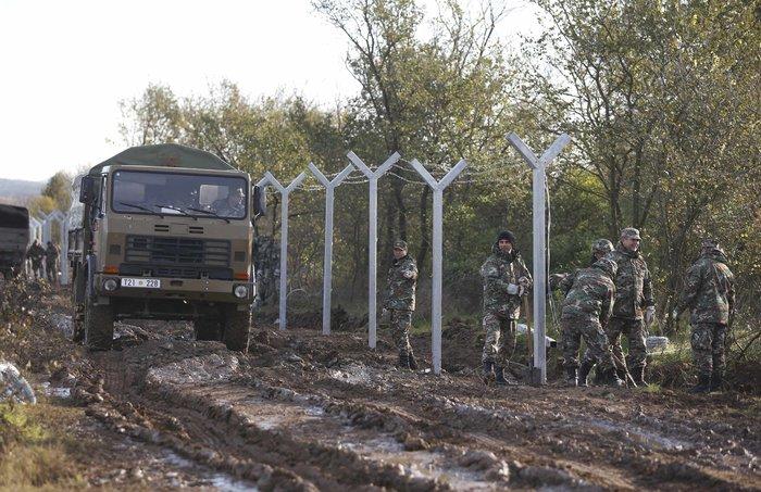 Αρχισαν να στήνουν τον φράκτη στα σύνορα οι Σκοπιανοί - εικόνα 9