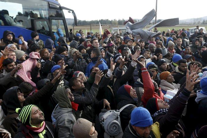 «Εκρηξη» οργής από τους πρόσφυγες στην Ειδομένη για το φράχτη των Σκοπίων - εικόνα 4