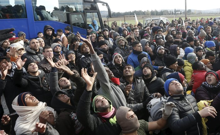 «Εκρηξη» οργής από τους πρόσφυγες στην Ειδομένη για το φράχτη των Σκοπίων - εικόνα 5