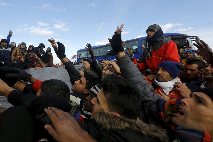 «Εκρηξη» οργής από τους πρόσφυγες στην Ειδομένη για το φράχτη των Σκοπίων - εικόνα 6