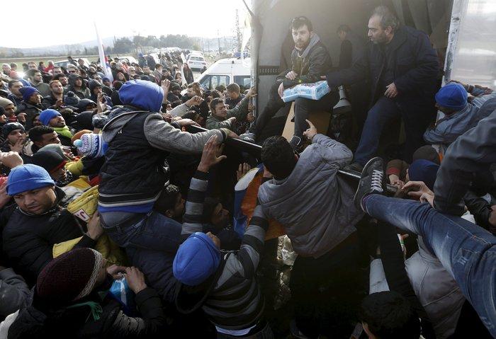 «Εκρηξη» οργής από τους πρόσφυγες στην Ειδομένη για το φράχτη των Σκοπίων - εικόνα 8