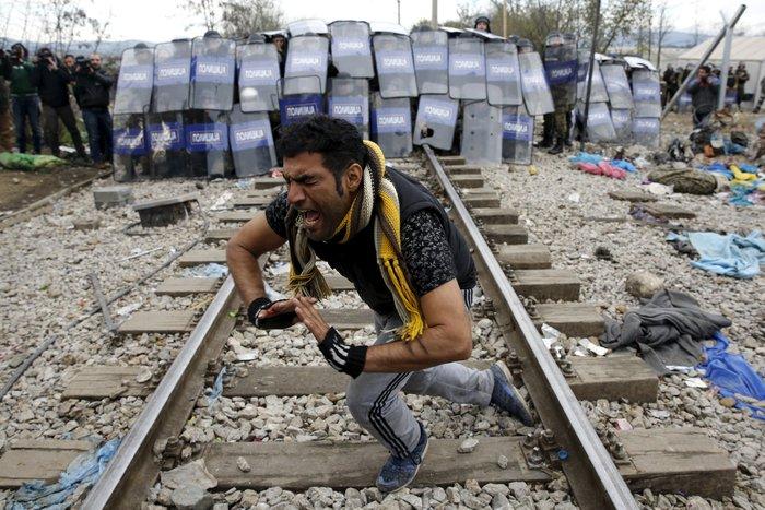 «Εκρηξη» οργής από τους πρόσφυγες στην Ειδομένη για το φράχτη των Σκοπίων - εικόνα 2