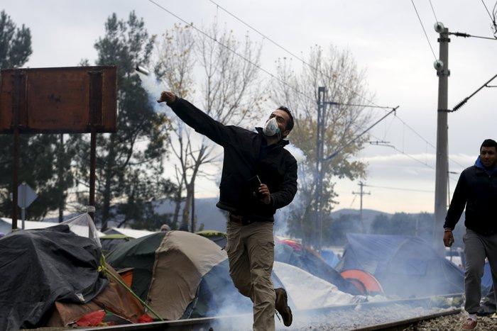 «Εκρηξη» οργής από τους πρόσφυγες στην Ειδομένη για το φράχτη των Σκοπίων - εικόνα 11