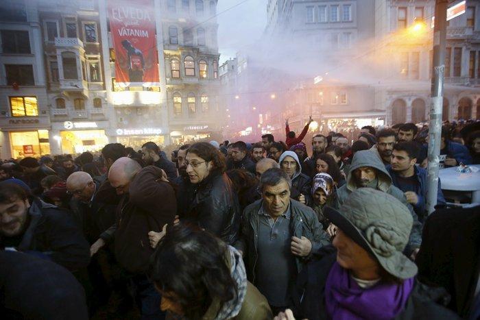 Σοβαρά επεισόδια στην πλατεία Ταξίμ για την εν ψυχρώ εκτέλεση του δικηγόρου - εικόνα 4
