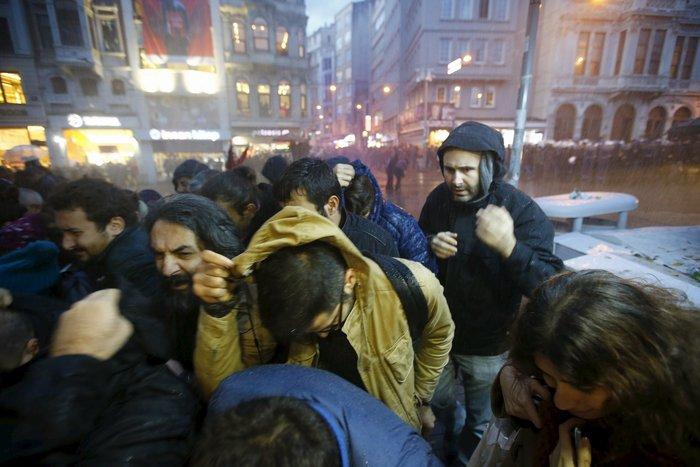 Σοβαρά επεισόδια στην πλατεία Ταξίμ για την εν ψυχρώ εκτέλεση του δικηγόρου