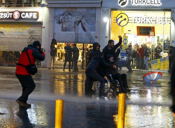Σοβαρά επεισόδια στην πλατεία Ταξίμ για την εν ψυχρώ εκτέλεση του δικηγόρου - εικόνα 5