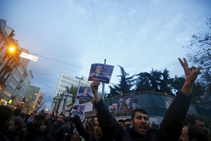 Σοβαρά επεισόδια στην πλατεία Ταξίμ για την εν ψυχρώ εκτέλεση του δικηγόρου - εικόνα 3