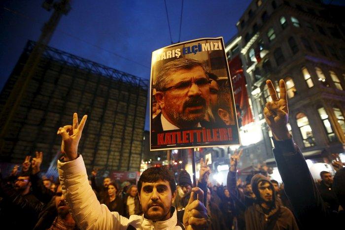 Σοβαρά επεισόδια στην πλατεία Ταξίμ για την εν ψυχρώ εκτέλεση του δικηγόρου - εικόνα 7