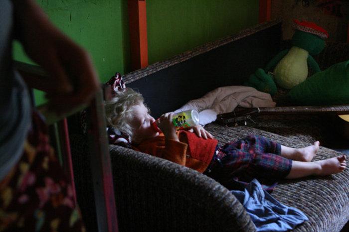 Η μικρή πίνει το γάλα της σε μία από τις λίγες στιγμές γαλήνης