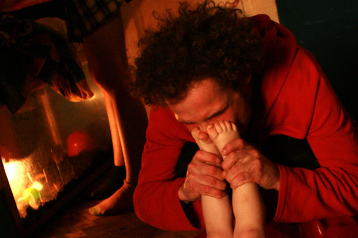 Ο Pasha φιλά τα ποδαράκια της κόρης του