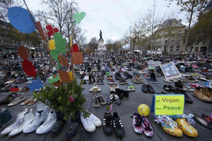 Οι ακτιβιστές κάλυψαν την Place de la Republique με... παπούτσια!