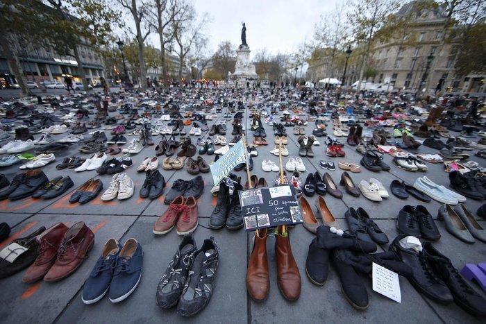 Οι ακτιβιστές κάλυψαν την Place de la Republique με... παπούτσια! - εικόνα 2