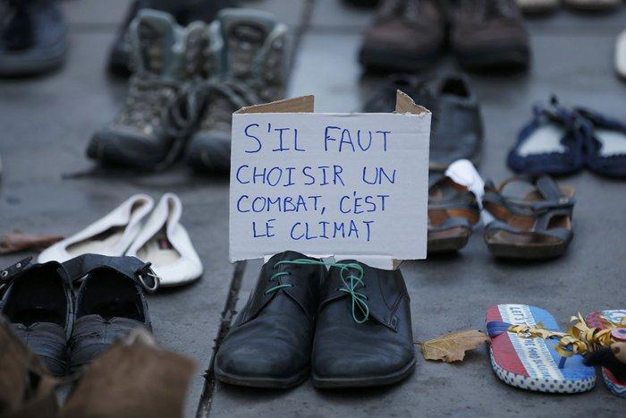Οι ακτιβιστές κάλυψαν την Place de la Republique με... παπούτσια! - εικόνα 3