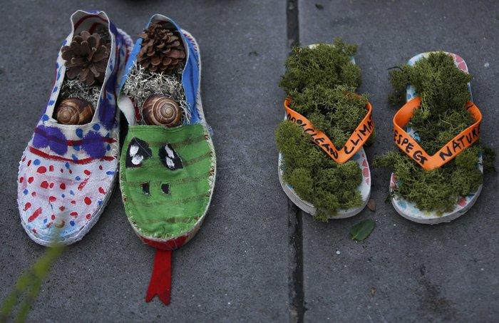 Οι ακτιβιστές κάλυψαν την Place de la Republique με... παπούτσια! - εικόνα 4