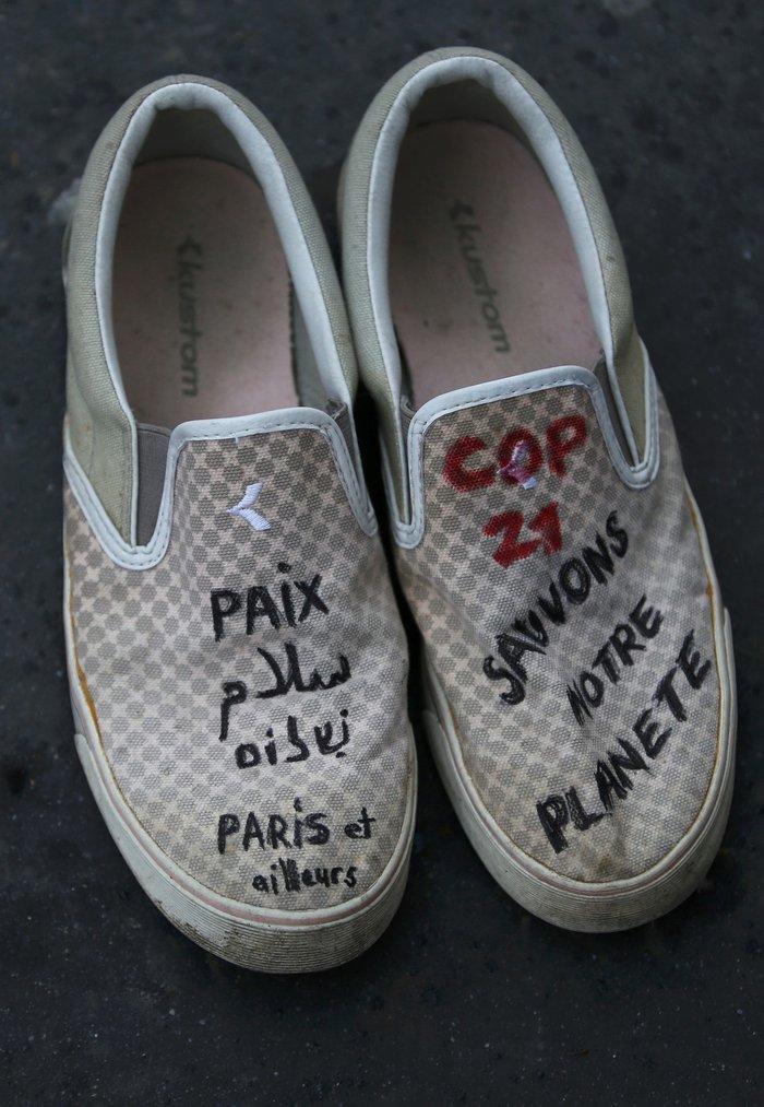 Οι ακτιβιστές κάλυψαν την Place de la Republique με... παπούτσια! - εικόνα 5