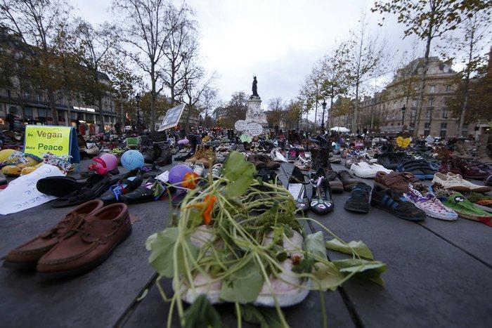 Οι ακτιβιστές κάλυψαν την Place de la Republique με... παπούτσια! - εικόνα 6