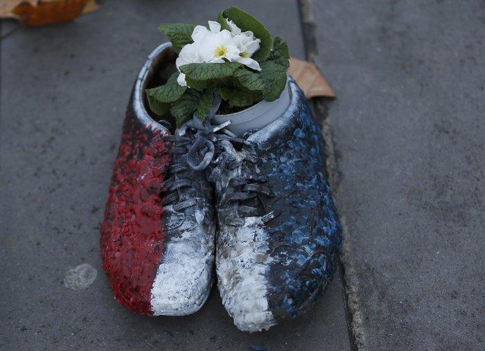 Οι ακτιβιστές κάλυψαν την Place de la Republique με... παπούτσια! - εικόνα 7