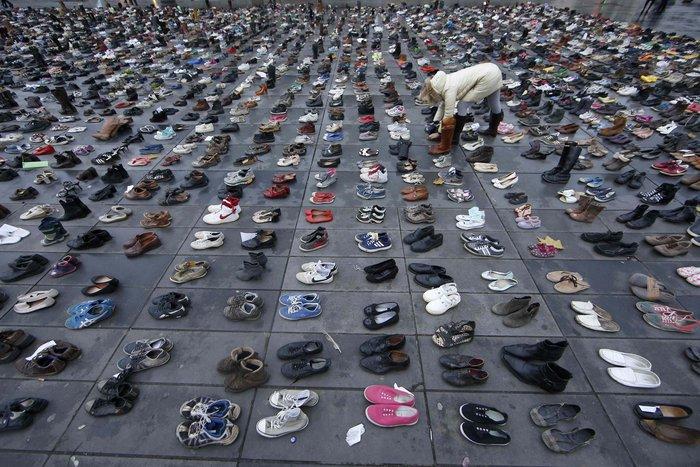 Οι ακτιβιστές κάλυψαν την Place de la Republique με... παπούτσια! - εικόνα 8