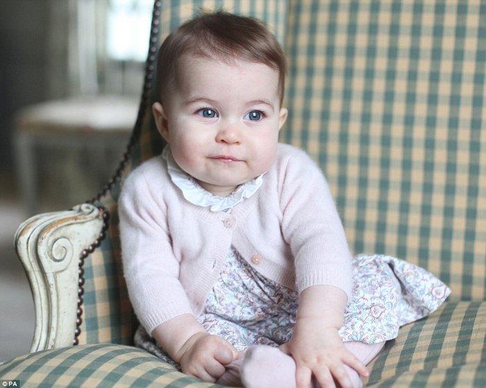Η μικρή πριγκίπισσα Σάρλοτ έγινε 6 μηνών και έκανε φωτογράφηση!