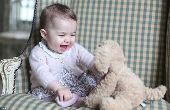 Η μικρή πριγκίπισσα Σάρλοτ έγινε 6 μηνών και έκανε φωτογράφηση! - εικόνα 2