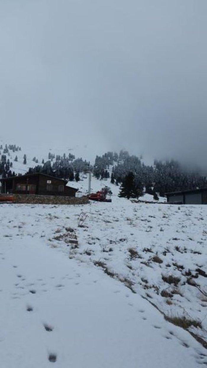 Επεσαν τα πρώτα χιόνια στα Καλάβρυτα: Δείτε τις εικόνες