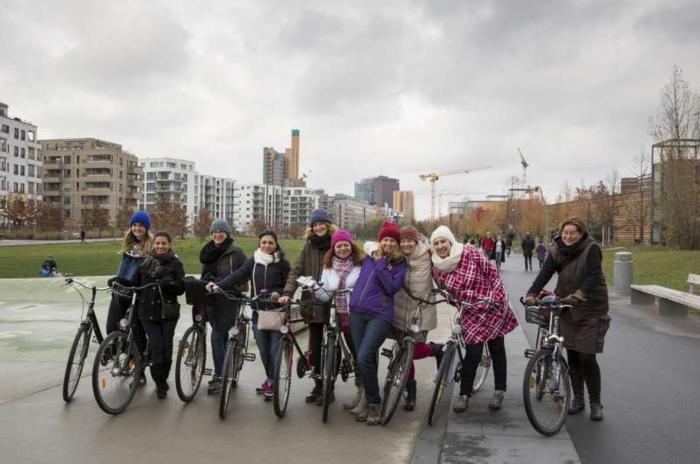 Σύρια πρόσφυγας κάνει για πρώτη φορά ποδήλατο