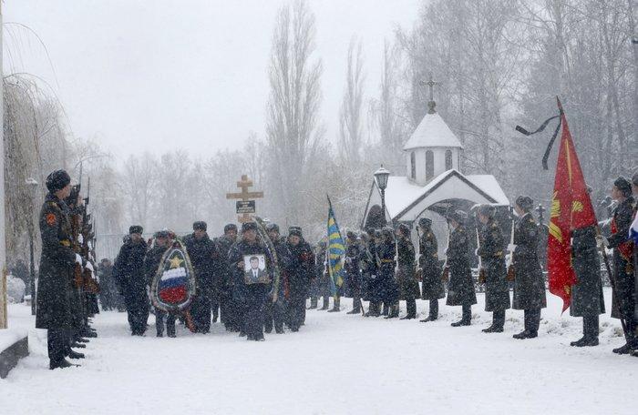 Μέσα στο χιόνι χιλιάδες Ρώσοι κήδεψαν τον πιλότο του Σουχόι