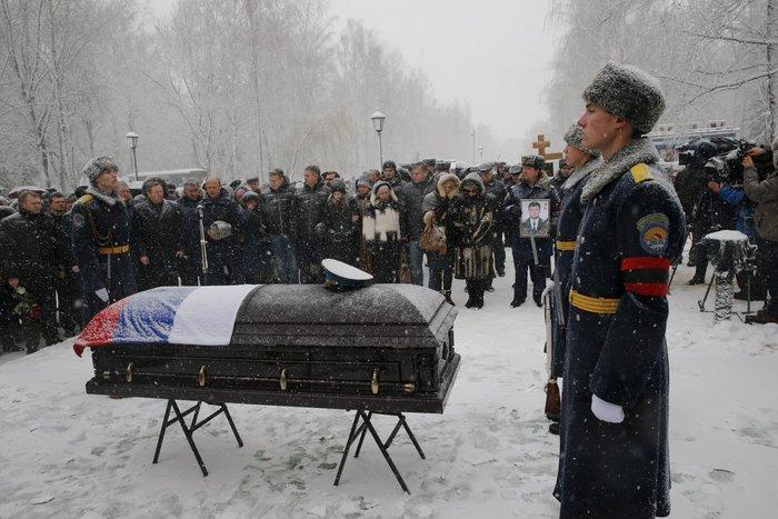 Μέσα στο χιόνι χιλιάδες Ρώσοι κήδεψαν τον πιλότο του Σουχόι - εικόνα 3
