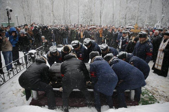 Μέσα στο χιόνι χιλιάδες Ρώσοι κήδεψαν τον πιλότο του Σουχόι - εικόνα 4