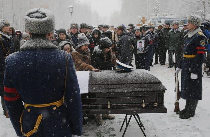 Μέσα στο χιόνι χιλιάδες Ρώσοι κήδεψαν τον πιλότο του Σουχόι - εικόνα 5