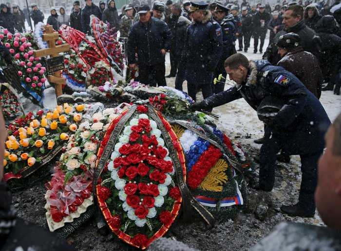 Μέσα στο χιόνι χιλιάδες Ρώσοι κήδεψαν τον πιλότο του Σουχόι - εικόνα 2