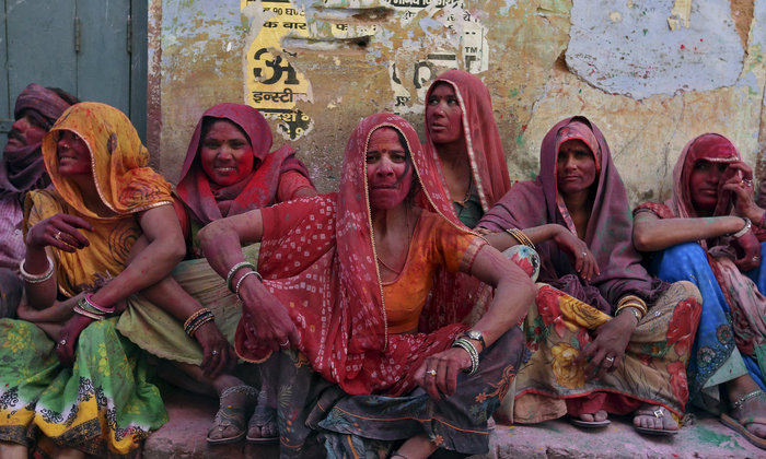 Σήμερα στην Ινδία, οι γυναίκες χτυπούν με ραβδιά τους άνδρες