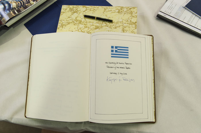 Η υπογραφή του Προέδρου της Δημοκρατίας Κάρολου Παπούλια στο βιβλίο του CERN.