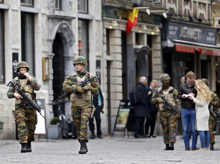 Βέλγοι στρατιώτες κάνουν περιπολία στην Grand Place των Βρυξελλών