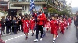 Οταν ο Αντετοκούνμπο παρήλαυνε με την ελληνική σημαία