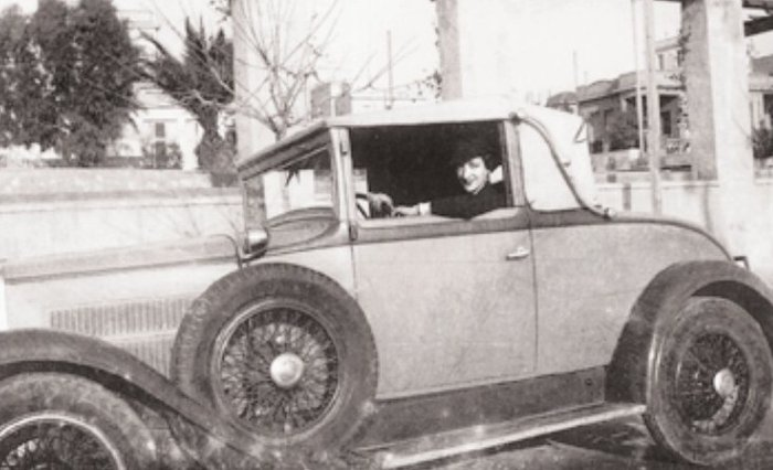 Η Παπαδάκη στο αυτοκίνητό της