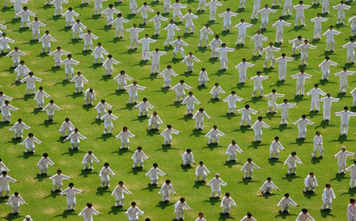Κινέζοι επιχειρούν να σπάσουν το ρεκόρ των περισσότερων ανθρώπων που κάνουνTaiji σε διάφορες τοποθεσίες