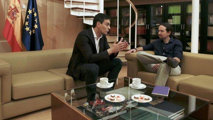 Ο πρόεδρος των Σοσιαλιστών (PSOE) Πέδρο Σάντσες με τον επικεφαλής των Podemos Πάμπλο Ιγκλέσιας