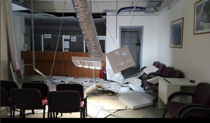 Απίστευτο: Κατέρρευσε η οροφή στο ΙΚΑ  Ζωγράφου πάνω από γκισέ - εικόνα 2
