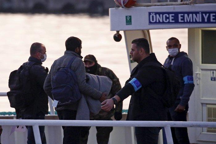 Υπό δρακόντεια μέτρα η πρώτη επαναπροώθηση μεταναστών στην Τουρκία - εικόνα 3