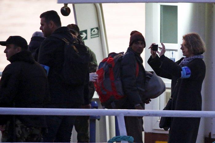 Υπό δρακόντεια μέτρα η πρώτη επαναπροώθηση μεταναστών στην Τουρκία - εικόνα 6