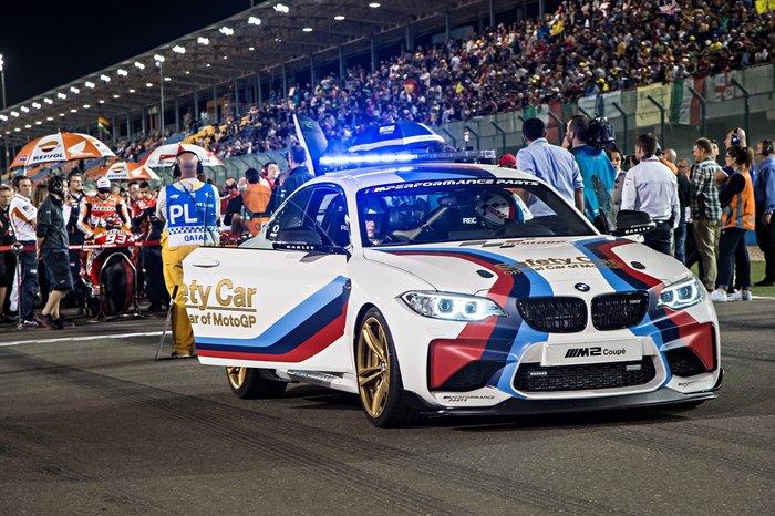 Η νέα BMW M2 μπροστά από τις απόλυτες μηχανές του MotoGP
