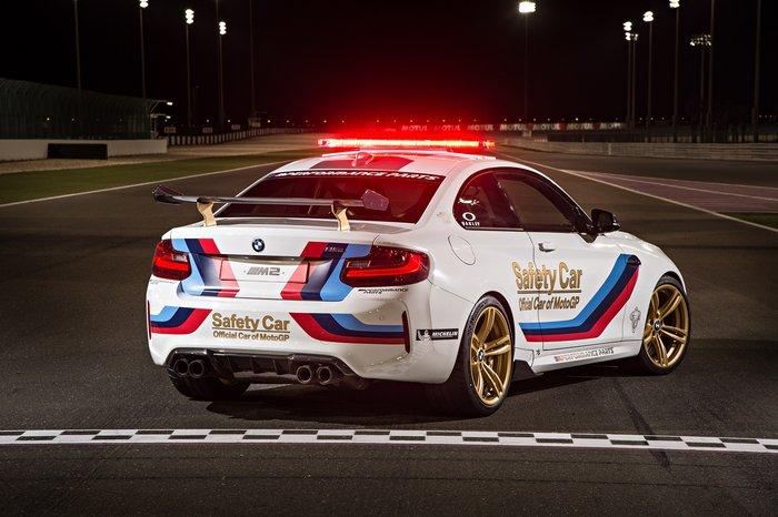 Η νέα BMW M2 μπροστά από τις απόλυτες μηχανές του MotoGP - εικόνα 2